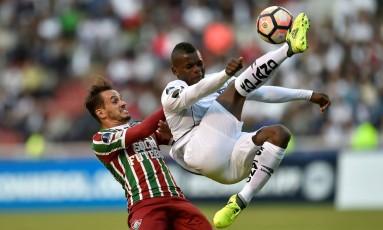Lucas, do Fluminense, disputa com Betancourt, da LDU Foto: RODRIGO BUENDIA / AFP
