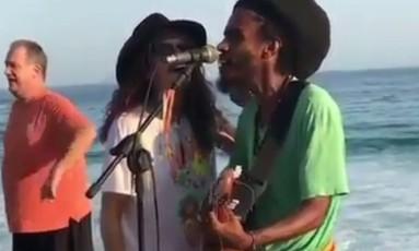 Steven Tyler canta com músico de rua no Arpoador Foto: Reprodução/Instagram