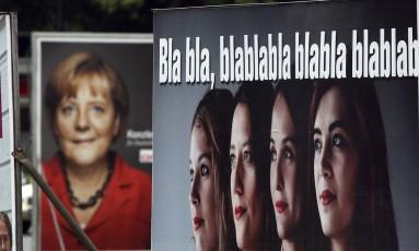 Cartaz de Merkel e do Die PARTEI: sátira Foto: Michael Sohn / AP