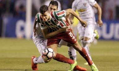 Pedro, autor do gol da classificação do Fluminense, tenta se livrar da marcação da LDU Foto: Dolores Ochoa / AP