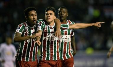 Abraçado por Nogueira, o atacante Pedro comemora o gol da classificação do Fluminense contra a LDU Foto: RODRIGO BUENDIA / AFP