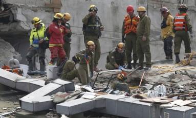 Contra o tempo. Membros de uma equipe de resgate mexicana procuram por sobreviventes sob os escombros de um prédio na capital; chances diminuem a cada hora que passa Foto: HENRY ROMERO / HENRY ROMERO/REUTERS