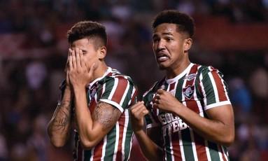 Pedro e Nogueira não escondem a emoção após o gol marcado nos minutos finais contra a LDU: Fluminense de alma lavada Foto: RODRIGO BUENDIA / AFP