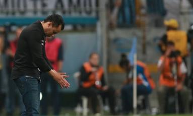 Jair Ventura cabisbaixo contra o Grêmio: Botafogo quer esquecer eliminação Foto: DIEGO VARA / REUTERS