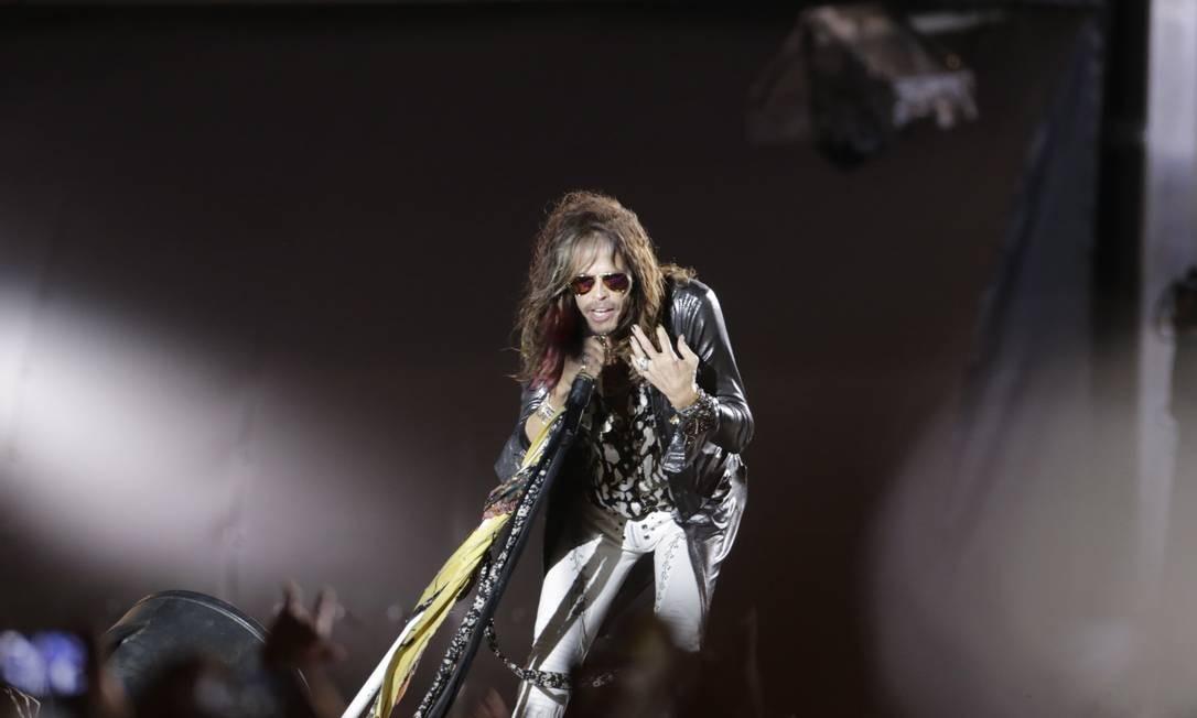 """Uma série de fotografias de mais de 40 anos de carreira do Aerosmith introduziu o show da banda de Boston no Palco Mundo. Em sua terceira vinda ao Rio — a primeira ao Rock in Rio — o quinteto enfileirou enfileirar sucessos, como """"Love in an elevator"""", """"Cryin'"""" e """"Livin' on the edge"""" Foto: Agência O Globo"""