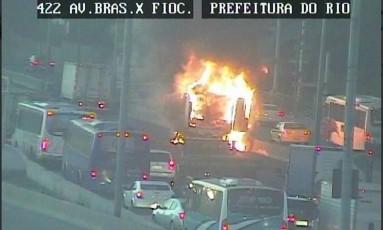 Incêndio em caminhão bloqueia trecho da Avenida Brasil, na Zona Norte Foto: Reprodução/Centro de Operações Rio