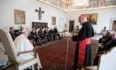 Papa Francisco escuta o cardeal Sean Patrick O'Malley durante encontro com mebros de comissão criada para aconselhá-lo em como lidar com o problema da pedofilia Foto: OSSERVATORE ROMANO / REUTERS