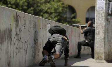 Um policial na passarela Foto: Gabriel Paiva / Agência O Globo