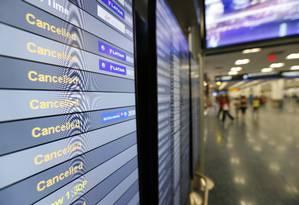 Painel indica voos cancelados no aeroporto de Miami durante em 8 de setembro, às vésperas da passagem do furacão Irma pela cidade Foto: Wilfredo Lee / AP