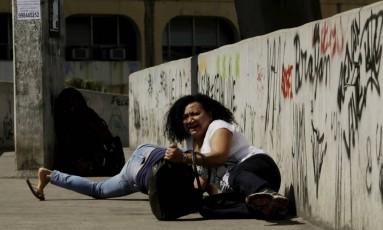 Mulheres se jogam no chão de passarela durante tiroteio na Rocinha Foto: Gabriel Paiva / Agência O Globo