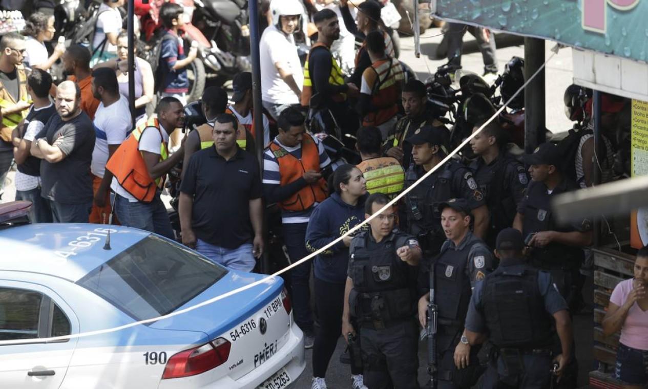 Policiais, mototaxistas e moradores em um dos acessos à Rocinha, em São Conrado Foto: Gabriel Paiva / Agência O GLOBO