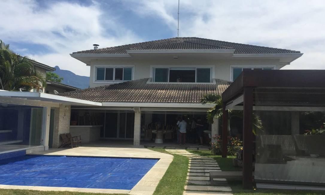 A casa tem quase 500 metros quadrados de área construída, com duas piscinas, sauna e churrasqueira Márcia Foletto/O GLOBO