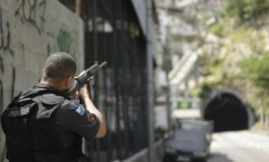Policial durante tiroteio na Rocinha Foto: Gabriel Paiva / Agência O Globo