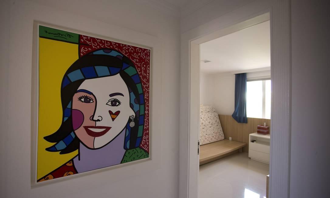 A mansão de Sérgio Cabral conta com diversas obras de arte, entre elas, um quadro de Adriana Ancelmo assinado pelo artista Romero Brito Foto: Márcia Foletto / O Globo