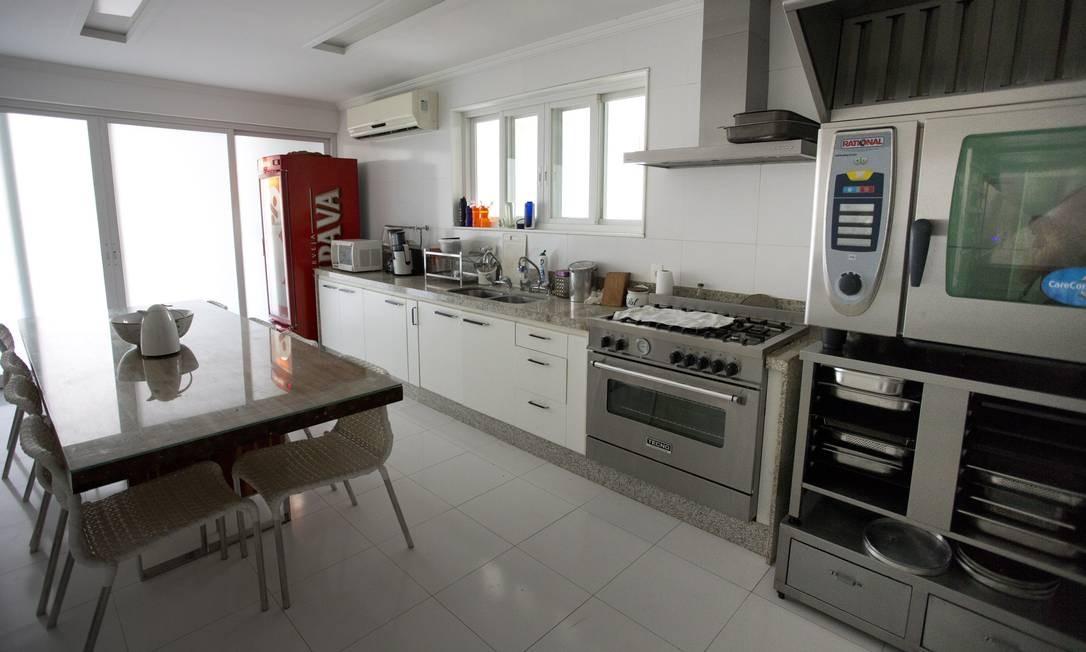 Na cozinha da casa, geladeira da Itaipava e forno para as noites de pizzas Foto: Márcia Foletto / O Globo
