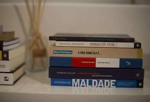 Na biblioteca de Cabral, livros de cabeceira como