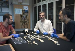 """Cientistas se debruçam sobre o esqueleto de """"El Sidrón J1"""" Foto: CSIC Communications Department / Andrés Díaz"""