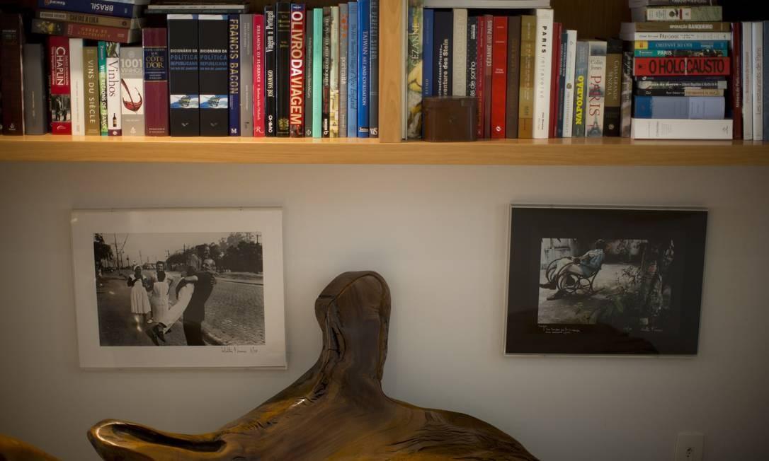 Na biblioteca da casa do ex-governador é possível verificar várias obras com referências à capital francesa Foto: Márcia Foletto / O Globo