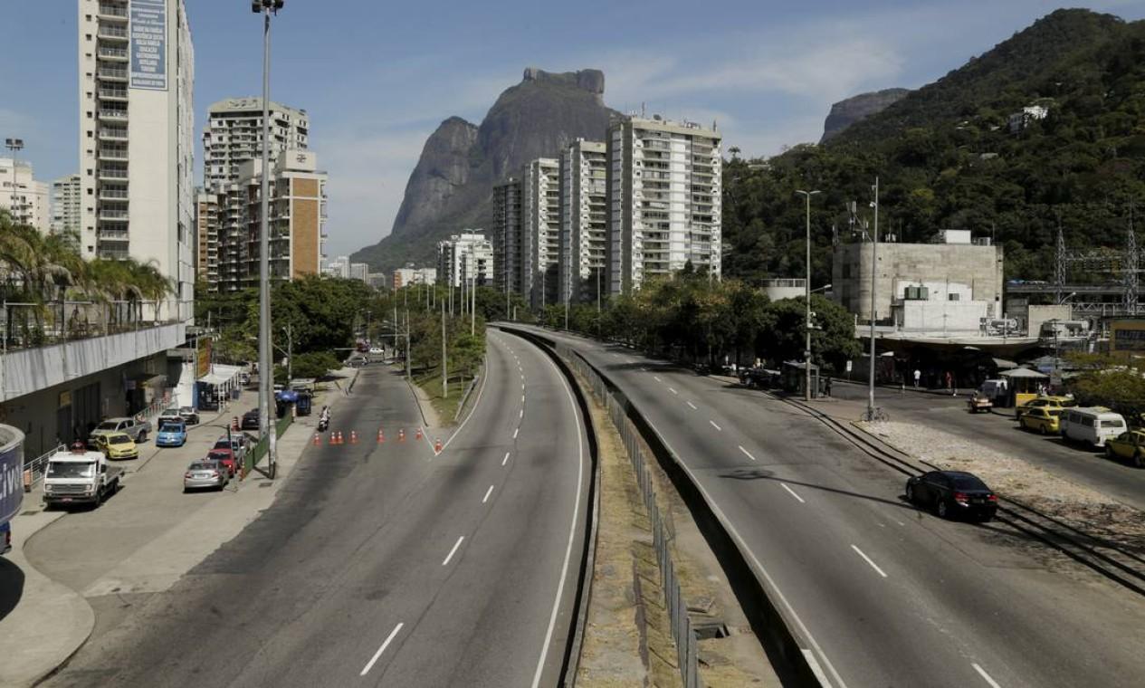 Trânsito interditado na Lagoa-Barra Foto: Gabriel Paiva / O Globo