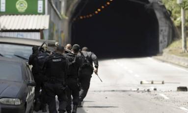 Policiais militares no acesso ao túnel, que está fechado Foto: Gabriel Paiva / Agência O Globo