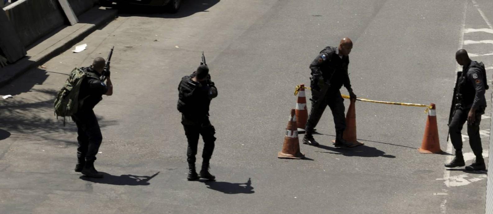 Policiais militares na Autoestrada Lagoa-Barra após tiros serem disparados por traficantes na Rocinha Foto: Gabriel Paiva / Agência O Globo