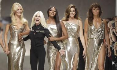 Donatella com Claudia Shiffer, Naomi Campbell, Cindy Crawford e Helena Christensen Foto: Luca Bruno / AP