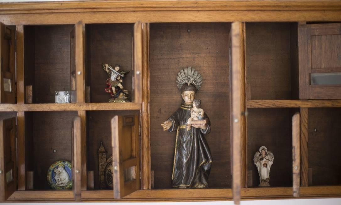 Em uma estante da casa do ex-governador, esculturas em estilo barroco Foto: Márcia Foletto / Agência O Globo
