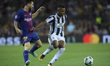Alex Sandro protege a bola de Messi em partida entre Barcelona e Juventus na Liga dos Campeões Foto: LLUIS GENE / AFP