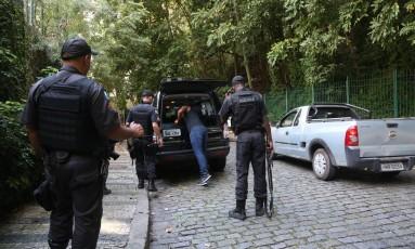 Policiais revistam veículos que passam pela Rua Timóteo da Costa, no Alto Lebon Foto: Custódio Coimbra / Agência O Globo
