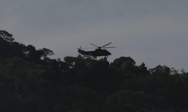 Helicóptero do Exército na Rocinha Foto: Gabriel de Paiva / O Globo