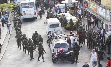 Tropas do Exército no principal acesso à Rocinha Foto: Paulo Nicolella / Agência O Globo