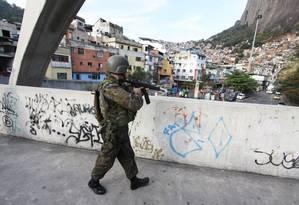 Homens do Exército são chamados para dar apoio às ações da Rocinha Foto: Paulo Nicolella / Agência O Globo