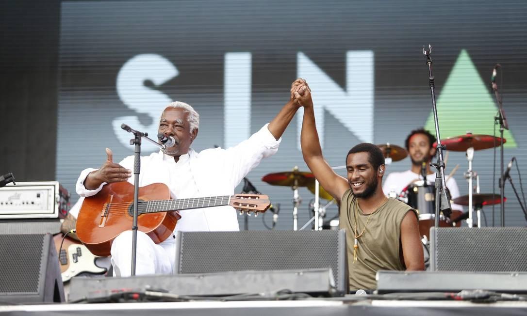 O encontro de Mateus Aleluia com a Banda Sinara no paco Sunset Foto: Agência O Globo