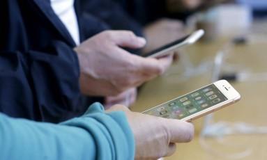 Cientes experimentam novos iPhones em lojas em São Francisco Foto: Jeff Chiu / AP