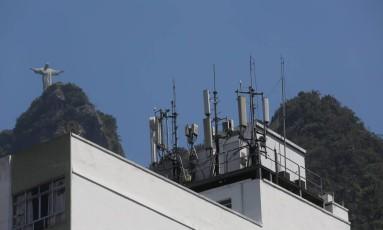 Antenas de celular no topo de prédio em Botafogo Foto: Custódio Coimbra / Agência O Globo