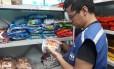 Fiscal verifica peso e validade de produtos Foto: Divulgação/Ipem/RJ