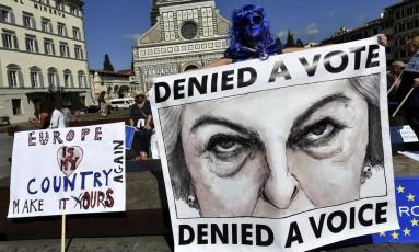Fica, Reino Unido! Manifestantes anti-Brexit fazem manifestação contra a saída britânica da UE em Florença, onde a premier Theresa May foi apresentar propostas para a separação Foto: ALBERTO PIZZOLI / Alberto PIZZOLI/AFP
