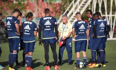 Rueda orienta os jogadores do Flamengo Foto: Gilvan de Souza/Flamengo