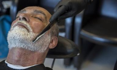 O professor Nilton Vidal decidiu dar à barba um tom mais parecido com o dos cabelos Foto: Analice Paron / Agência O Globo