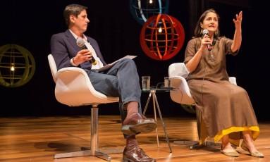 A designer indiana Kiran Sethi, ao lado do jornalista do GLOBO Mauro Ventura Foto: André Lima / Agência O Globo