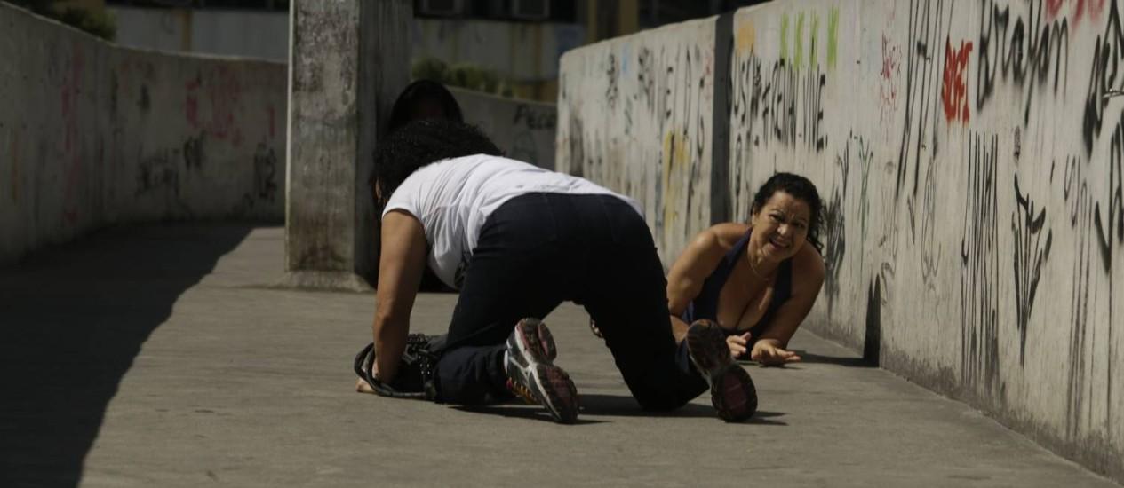 Desespero. Pedestres que atravessavam a passarela desenhada por Niemeyer, que dá acesso à Rocinha, se jogaram no chão para não serem atingidos por disparos durante os confrontos ocorridos ontem na parte da manhã Foto: Gabriel Paiva / Agência O Globo