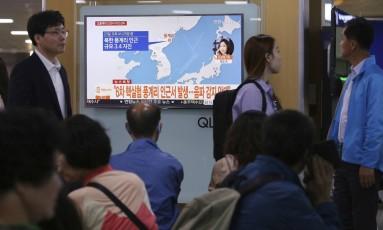 Sul-coreanos assistem à notícia de possível novo teste nuclear em uma estação de Seul Foto: Ahn Young-joon / AP