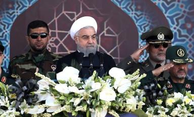 O presidente iraniano Hassan Rouhani durante desfile militar nesta sexta Foto: HANDOUT / REUTERS