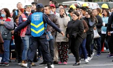 Agentes orientam moradores que foram às ruas com medo do novo tremor Foto: HENRY ROMERO / REUTERS