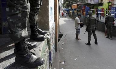 Exército reforça a segurança na Rocinha Foto: Domingos Peixoto / Agência O Globo