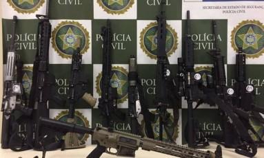 Dez fuzis que teriam sido usados na invasão da Rocinha foram apreendidos na madrugada deste sábado Foto: Divulgação / Polícia Civil