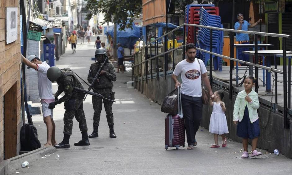 Os conflitos na Rocinha, que já duram uma semana, deixaram um cenário de devastação nas ruas da favela Foto: Domingos Peixoto / Agência O Globo