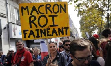 Manifestantes levaram faixas contra o presidente Macron Foto: Christophe Ena / AP