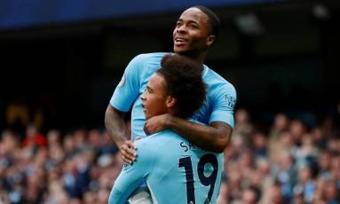 Sterling comemora com Sané um dos gols na goleada do City Foto: JASON CAIRNDUFF / Action Images via Reuters