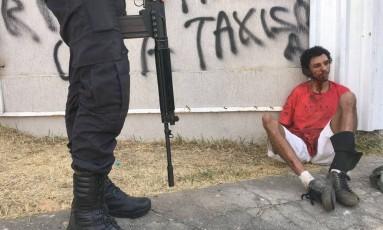 Um criminoso foi preso durante o confronto Foto: Gustavo Miranda/Agência O Globo